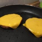 Per un perfetto burger metti il formaggio sopra il burger non appena lo giri dal secondo lato